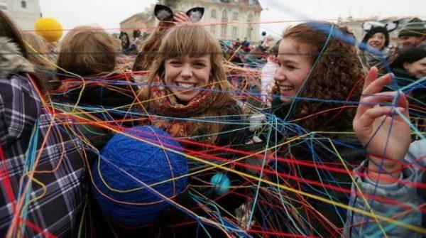 Девушки со спутанными клубками ниток