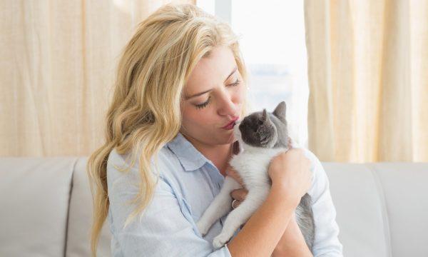 Девушка держит на руках кошку