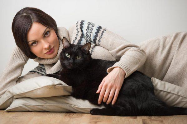 девушка и чёрный кот