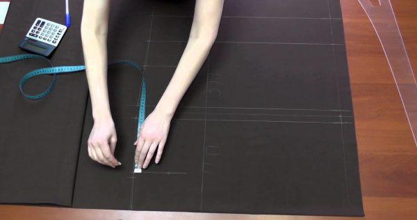женщина измеряет начерченные детали