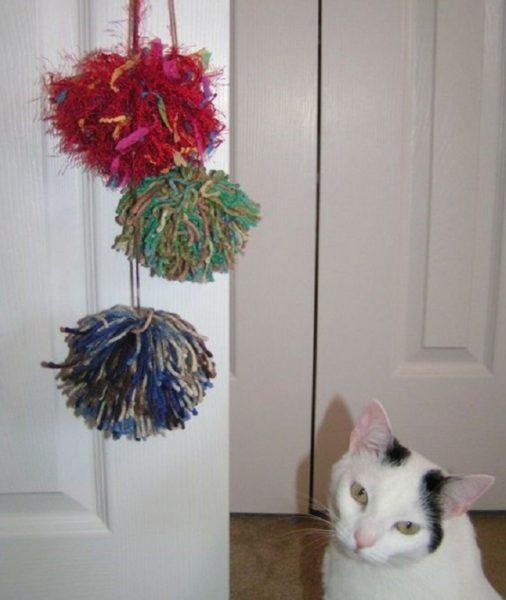 Игрушки-дразнилки на дверях