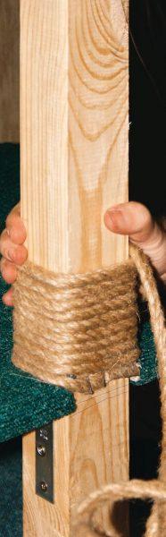 Крепление джутовой верёвки на деревянном столбике