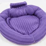 лежанка из вязаного свитера