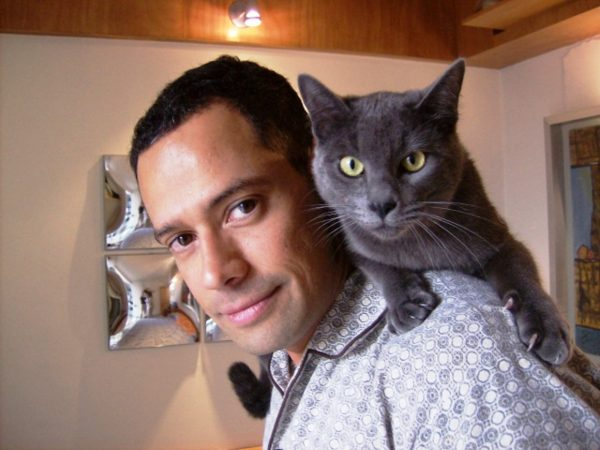 Мужчина с голубым котом