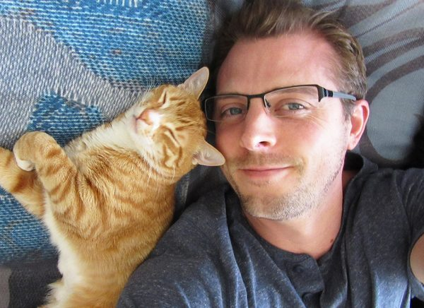 Мужчина с рыжим котом
