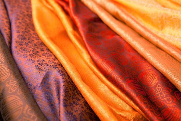 отрезу цветной шёлковой ткани
