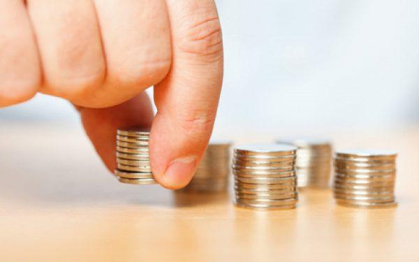 стопки монеток на столе