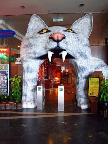 Вход в музей кошек в Малайзии