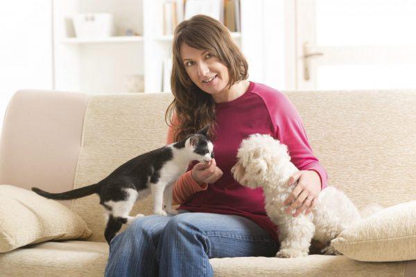 Женщина с кошкой и собакой