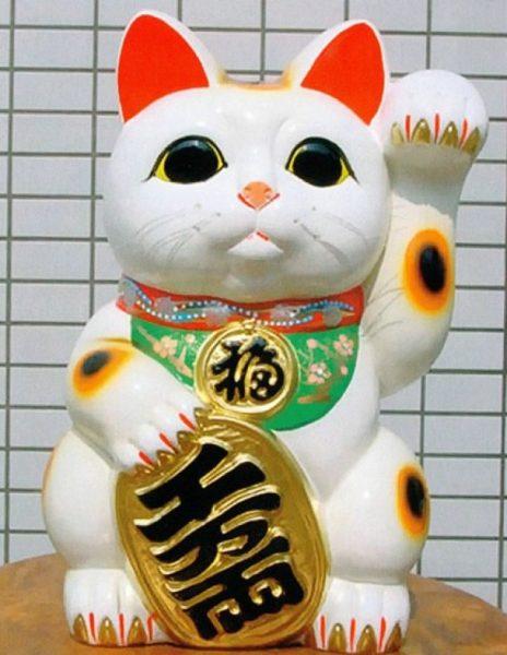 Статуэтка фарфоровой кошки с поднятой лапой