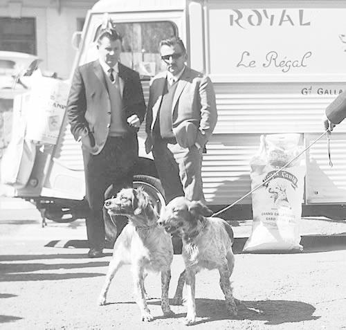 Жан Катари с другом и двумя собаками