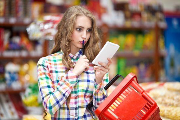 девушка с корзиной в магазине