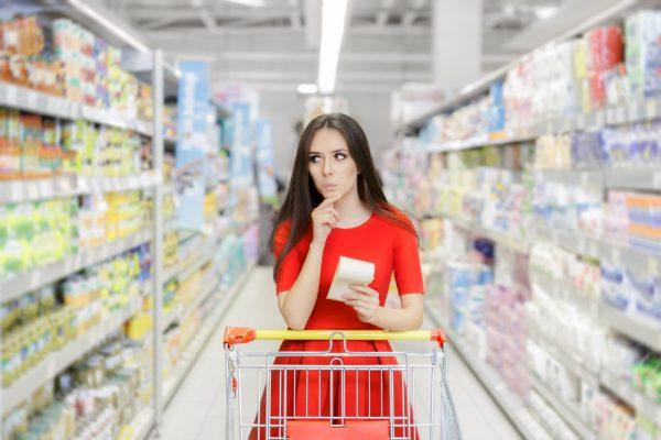 девушка в красном платье в магазине