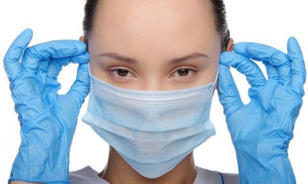 девушка в медицинской маске и перчатках