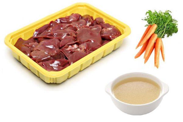 куриная печень на подложке, морковь и чашка с бульоном