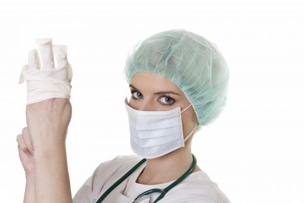медик в перчатках, маске и шапочке