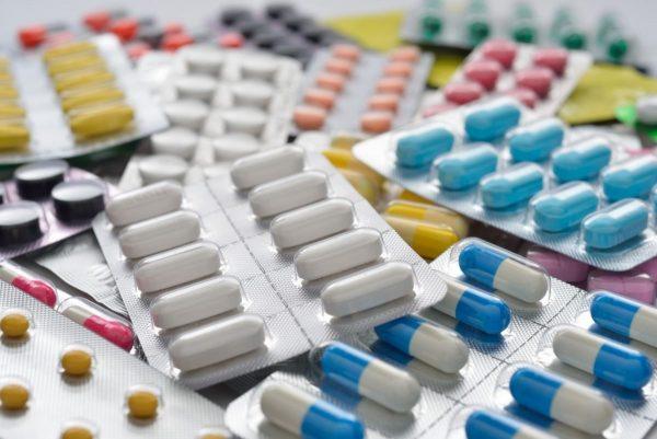 разноцветные таблетки и пилюли разной формы