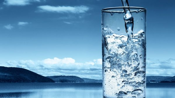 стакан воды на фоне синего неба