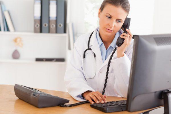 Ветеринар говорит по телефону
