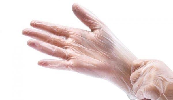 Тонкие полиэтиленовые перчатки на руках