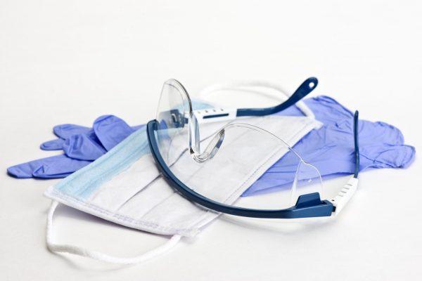 Резиновые перчатки, медицинская маска и защитные очки