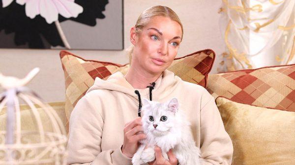 Кот на руках у Волочковой