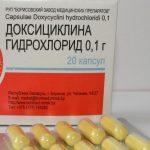 Упаковка доксициклина и жёлтые капсулы в блистере