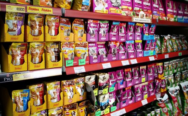 Полки с кошачьим кормом в магазине