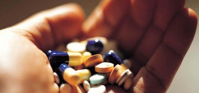 Горсть лекарств в ладошке