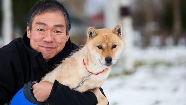 Собака породы хоккайдо с хозяином