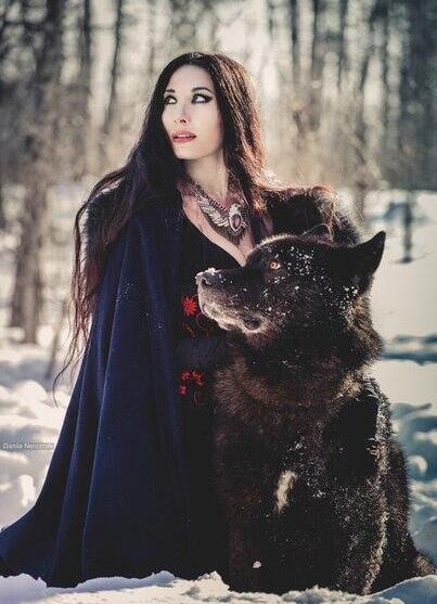 Девушка с волкособом