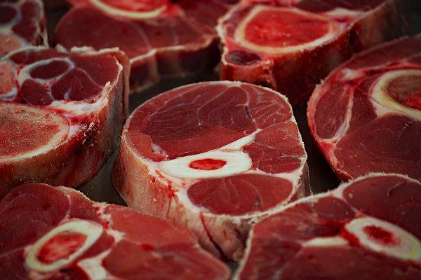 Куски свежего мяса