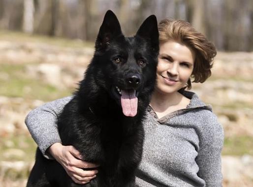 Чёрная немецкая овчарка с хозяйкой